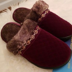 Shoes - 💜Beautiful Comfy slippers with memory foam!